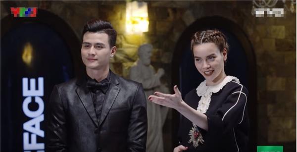 """Hành động """"lạ"""" của Phạm Hương lại bị chỉ trích tại The Face"""