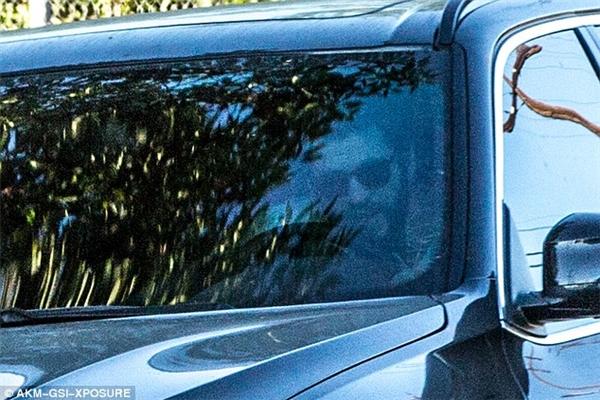 Liam thì đeo kính đen, ngồi chờ bạn gái trong xe.