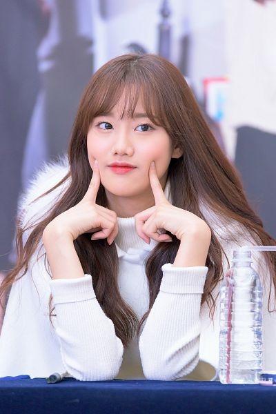 Sở hữu vẻ ngoài trong sáng cùng tính cách vô cùng đáng yêu, thành viên Naeun của nhóm nhạc April được nhiều người đánh giá là đại diện cho idol thế hệ mới của làng nhạc Kpop. Trong các hoạt động, cô nàng thường có những hành động biểu cảm đáng yêu gây được sự chú ý trong cộng đồng mạng, nhiều người nhận xét chỉ cần nhìn Naeun sẽ trở nên vui vẻ và thấy yêu đời ngay lập tức.