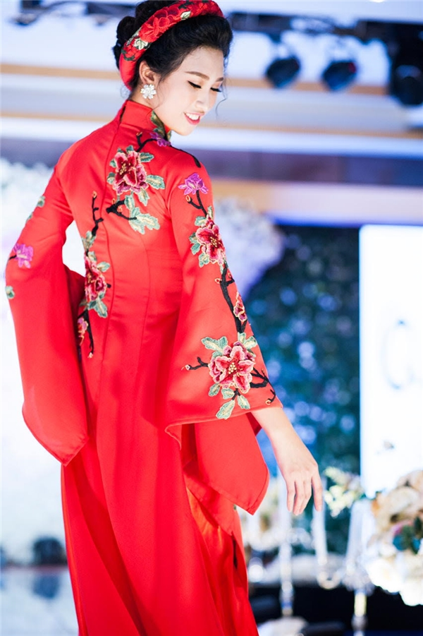 Vừa qua, nữ người mẫu đã có những trải nghiệm thú vị khi được sải bước cùng những đàn chị trong một show diễn áo dài tại thủ đô Hà Nội. Cô diện mẫu thiết kế lấy sắc đỏ làm chủ đạo kết hợp họa tiết hoa màu hồng ngọt ngào. Bộ trang phục gợi lên nét đẹp kín đáo, thanh lịch của người phụ nữ Việt Nam trong những ngày xưa cũ.