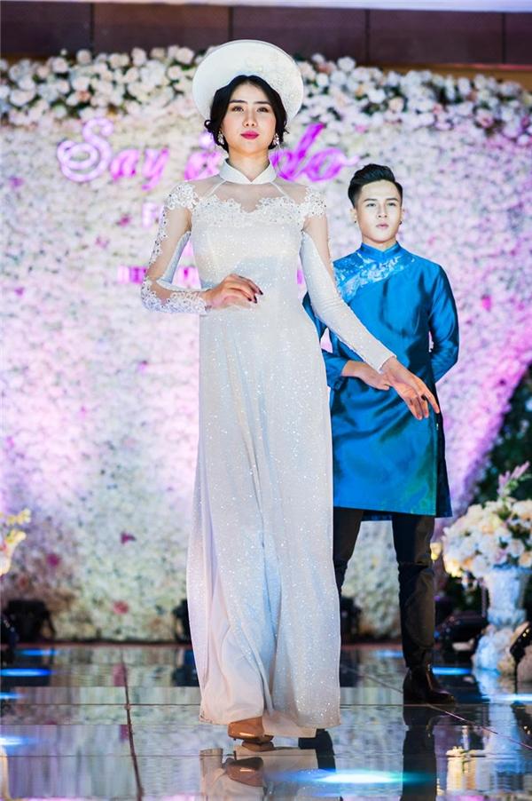 2 thiết kế với tông màu đỏ, trắng mang hơi thở của áo dài cưới được ưa chuộng trong khoảng thời gian gần đây.