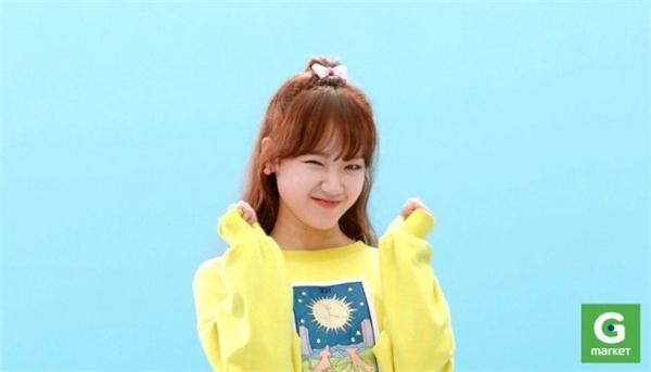 """Đứng thứ 3 trong đêm chung kết Produce 101, cô nàng Yoo Jung của I.O.I được đánh giá là một thành viên nổi bật trong dàn 99-line. Dù sở hữu vẻ ngoài nhỏ nhắn song cô nàng lại rất bùng nổ trên sân khấu, mang lại năng lượng tích cực cho mọi người. Không chỉ giỏi ở mảng ca hát, cô nàng còn """"lấn sân"""" sang mảng quảng cáo, mới đây Yoo Jung vừa đảm nhận một hợp đồng quảng cáo cho game, cô nàng cũng được chọn làm gương mặt quảng cáo bên cạnh Song Joong Ki."""