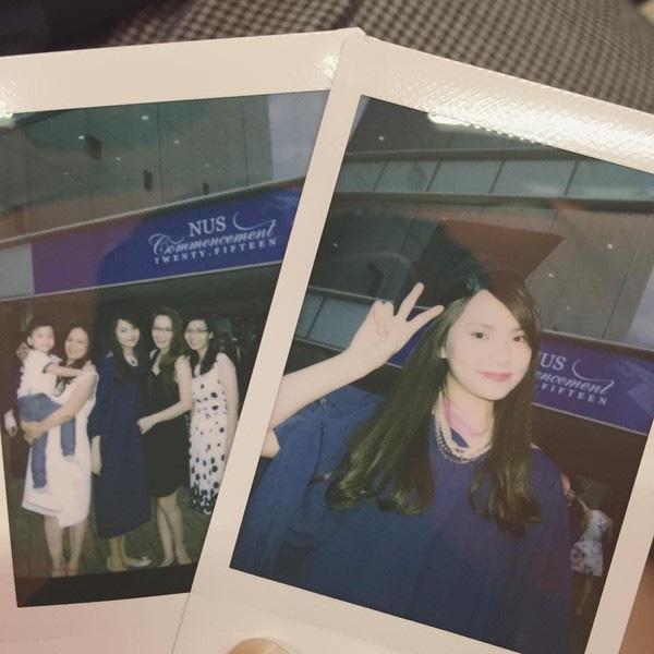 Trong lễ tốt nghiệp đại học tại Singapore, Đan Lê cũng có mặt để chúc mừng em gái Thu Trang.