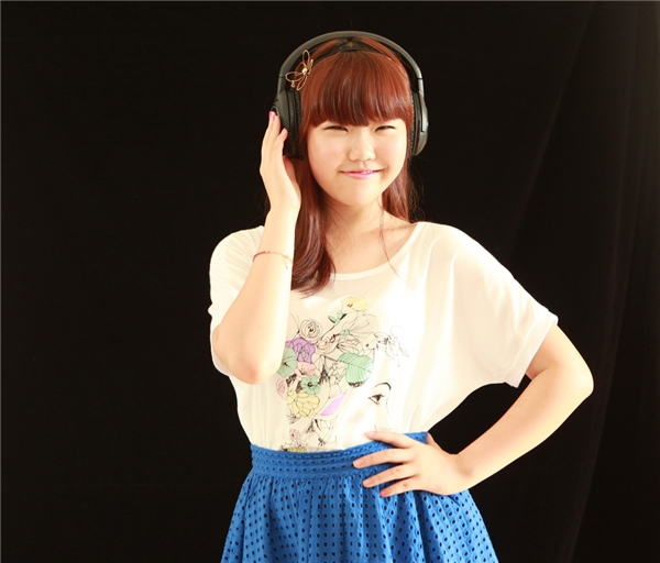 """Không sở hữu vẻ ngoài lung linh như những thần tượng khác, song thành viên Lee So Hyun của nhóm nhạc hai thành viên - Akdong Musician được đánh giá là một ca sĩ trẻ tài năng của làng nhạc Kpop nhờ giọng hát nội lực, giàu cảm xúc và khả năng sáng tác """"thần sầu"""". Cô bé 17 tuổi này được đông đảo người hâm mộ nhớ đến với đôi mắt một mí cười """"không thấy mặt trời"""", vẻ mũm mĩm dễ thương cùng tài năng âm nhạc độc đáo."""