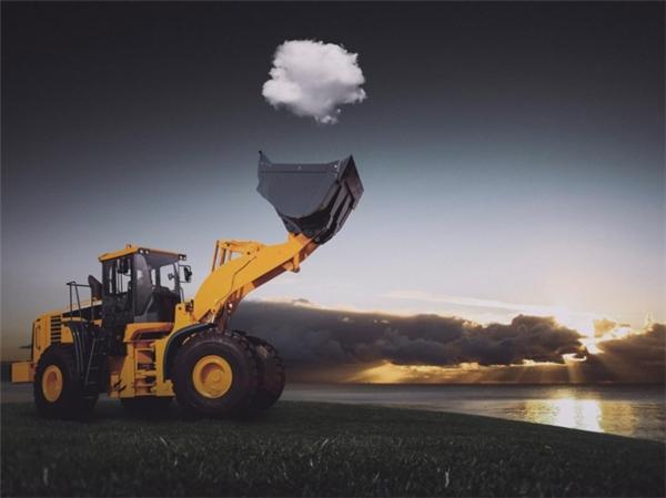 Chiếc cần cẩu tung đám mây lên trời cao.