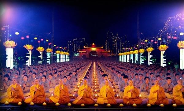 Đại lễ Phật Đản tại Việt Nam với sự tham gia của nhiều các nhà sư và tăng ni phật tử.