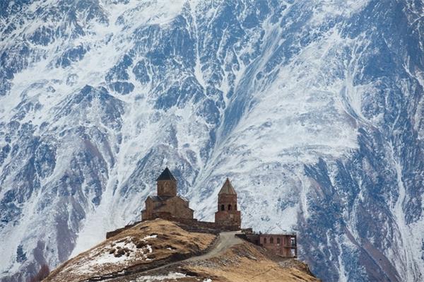 """Lâu đài """"say ngủ"""" trên đỉnh núi."""