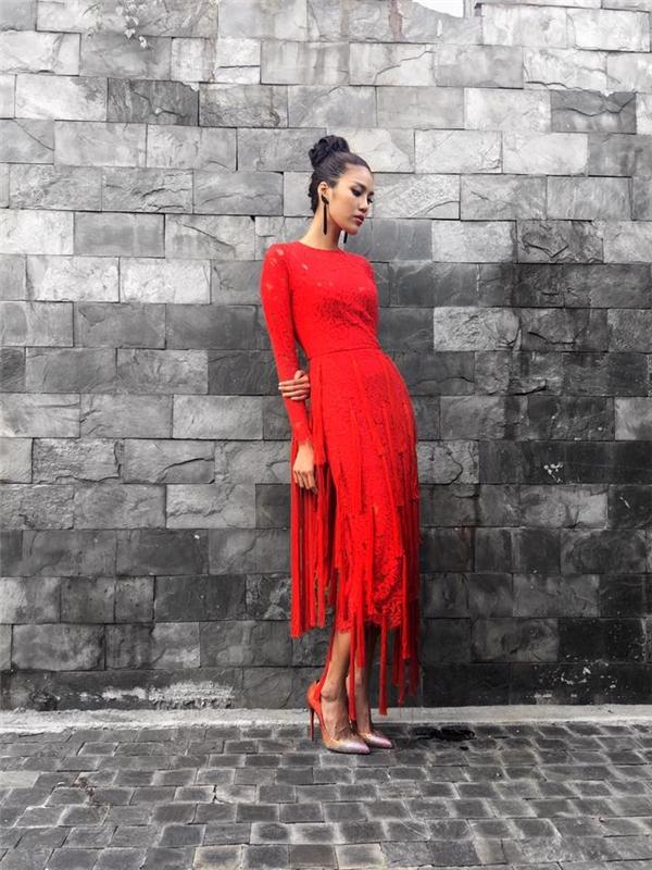 Một thiết kế khác của Đỗ Mạnh Cường với sắc đỏ kết hợp giữa ren và tua rua giúp Lan Khuê xuất hiện rạng rỡ, thu hút trong buổi ghi hình gần đây của The Face Vietnam 2016. Giải vàng Siêu mẫu Việt Nam 2013 chọn tạo hình cổ điển sang trọng, quý phái.