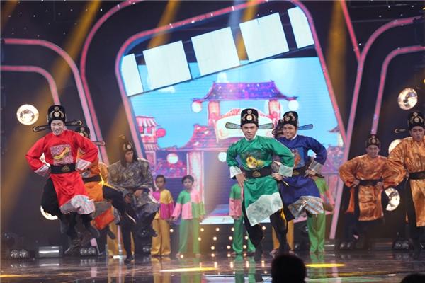 """Kết hợp cùng vũ đoàn và Top 6 Idol Kids, trong trang phục """"đặc biệt"""", 4 chàng trai nhóm 365 đã làm """"nóng"""" không khí toàn bộ trường quay. - Tin sao Viet - Tin tuc sao Viet - Scandal sao Viet - Tin tuc cua Sao - Tin cua Sao"""