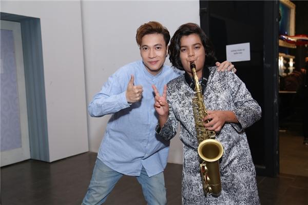 S.T ngưỡng mộ khả năng thổi kèn saxophone của cậu bé Jayden. - Tin sao Viet - Tin tuc sao Viet - Scandal sao Viet - Tin tuc cua Sao - Tin cua Sao