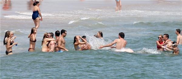 Taylor cùng Tom và nhiều người bạn nổi tiếng đi tắm biển.