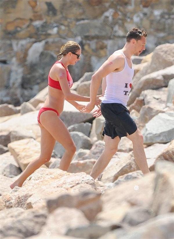 Hạnh phúc bên người tình xinh đẹp, Tom mặc áo có in tên Taylor