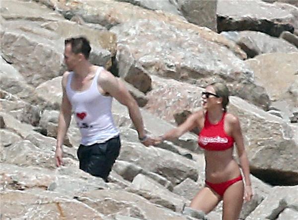 """Tom mặc chiếc áo thun trắng thể hiện tình yêu dành cho Taylor với dòng chữ: """"I [heart] T.S"""", hai chữ cái đầu trong tên của Taylor Swift."""
