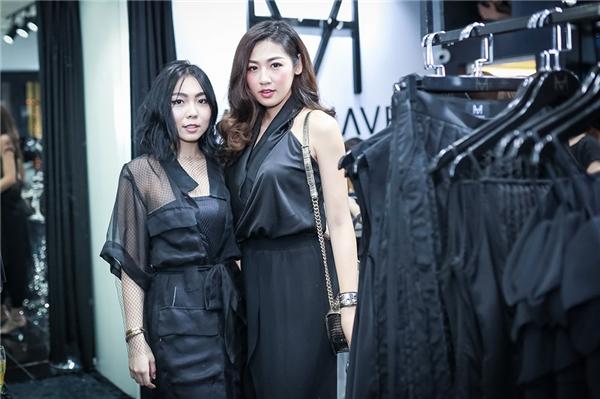 Á hậu 2012 đội mưa đến tham dự sự kiện khai trương cửa hàng thời trang của NTK Trang Trang Trần.