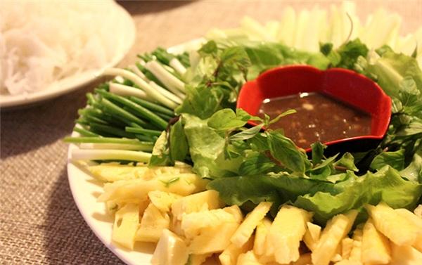 """Ẩm thực Đà Nẵng - """"Phát nghiện"""" với món bánh tráng cuốn thịt heo hai đầu da ở Đà Nẵng"""