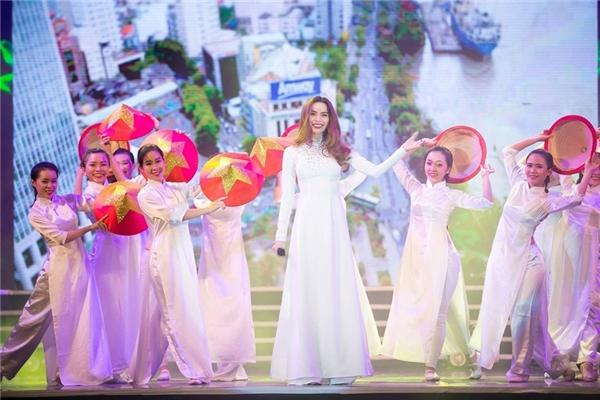 Được biết, giọng ca Đừng đi vừa trở lại từ Hà Nội sau khi tham gia đêm nhạc tưởng nhớ cố nhạc sĩ An Thuyên.