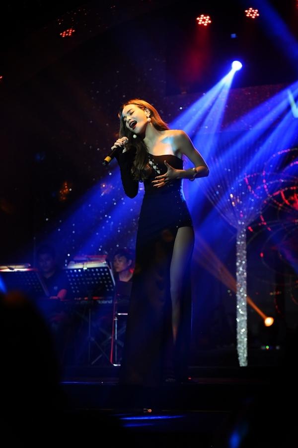Hồ Ngọc Hà gây ấn tượng với khán giả bằng chất giọng khỏe, đầy nội lực. Cô đã thể hiện liên tục 25 ca khúc ballad trong vòng 2 tiếng rưỡi đồng hồ.