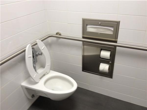 Một nhà vệ sinh bên trong trụ sở của Apple. (Ảnh: Internet)