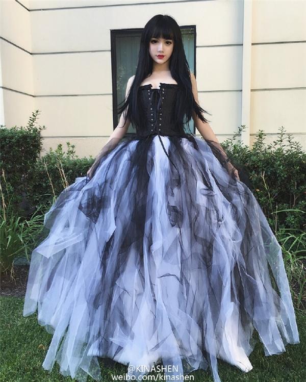 Cô thích tự trang điểm và lựa chọn trang phụcsao cho giống một con búp bê.