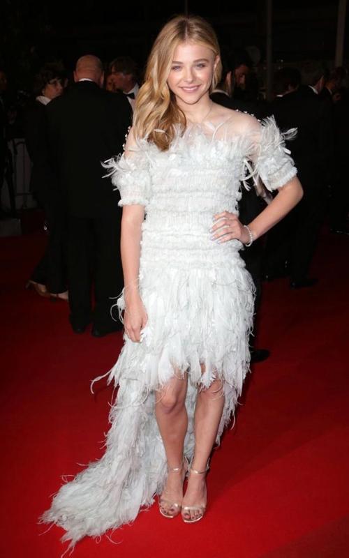 Bộ váy lông, tua rua này được xem là một trong những thảm họa thời trang kinh điển của Chloe Moretz.