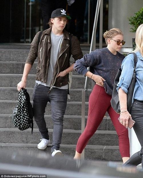 Gần đây, các tay săn ảnh thường xuyên bắt gặp Chloe Moretz diện chiếc quần legging ôm sát màu đỏ rượu. Mặc dù bị nhận xét trông khá phản cảm bởi làm lộ vùng kín nhưng nữ diễn viên vẫn tỏ ra rất yêu thích người bạn đồng hành này.