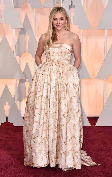 Váy phồng xòe hay có eo thắt không phải là lựa chọn thông minh với những cơ thể có vòng eo vuông như Chloe Moretz.