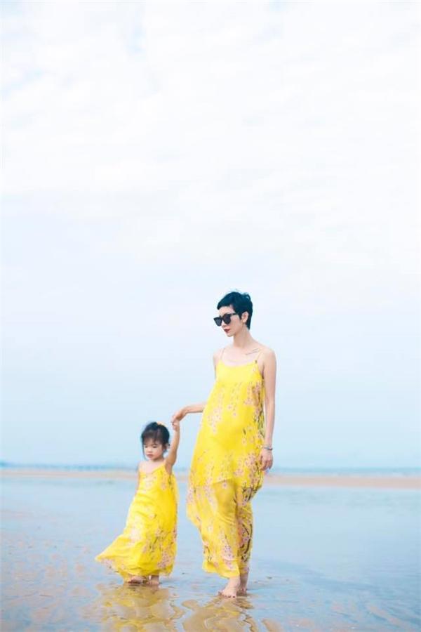Hai mẹ con Xuân Lan và bé Thỏ gây chú ý khi diện đồ đôi vô cùng dễ thương.