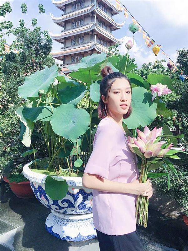 Emily giản dị lễ chùa ngày mùng một đầu tháng.