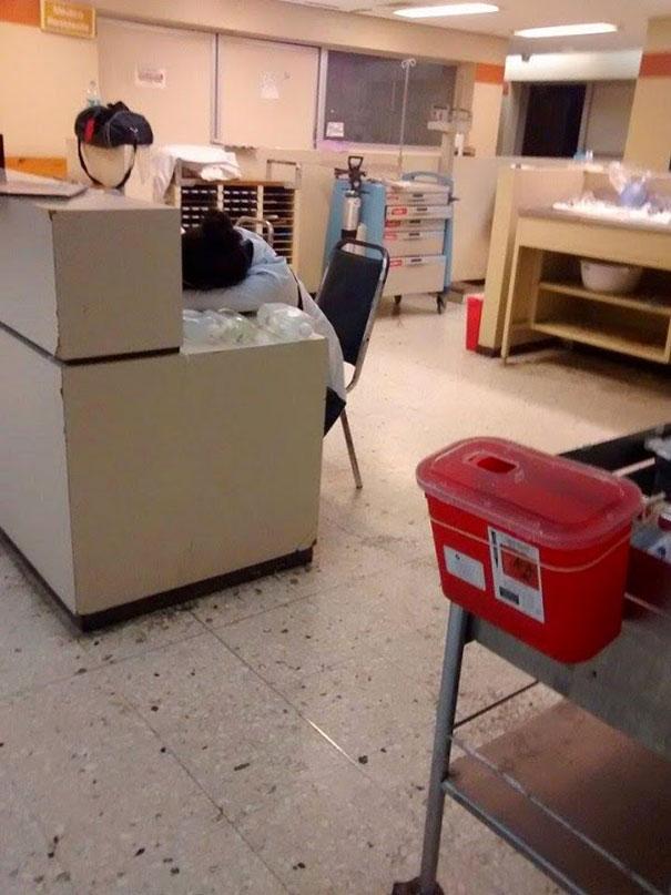 Một blogger đã chụp lại cảnh bác sĩ trực ngủ gật lúc 3 giờ sáng tại bệnh viện ở Monterrey, Mexico.(Ảnh: Bored Panda)