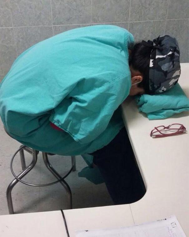 Mủi lòng với những hình ảnh ngủ gật sau ca trực của các bác sĩ