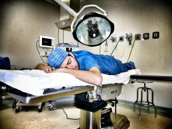 Không riêng gì ở Mexico, bác sĩ trên toàn thế giới đều luôn trong tình trạng làm việc quá tải.(Ảnh: Bored Panda)