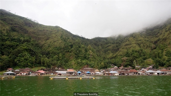 Làng Trunyan nằm bên bờ hồ một miệng núi lửa thuộc vùng Đông Bắc Bali, Indonesia.