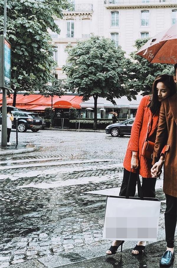 Trong chuyến đi đó, Hoa hậu Việt Nam 2014 còn thoải mái chia sẻ hình ảnh khoác tay và ngả đầu vào vai người yêu vô cùng tình tứ. - Tin sao Viet - Tin tuc sao Viet - Scandal sao Viet - Tin tuc cua Sao - Tin cua Sao