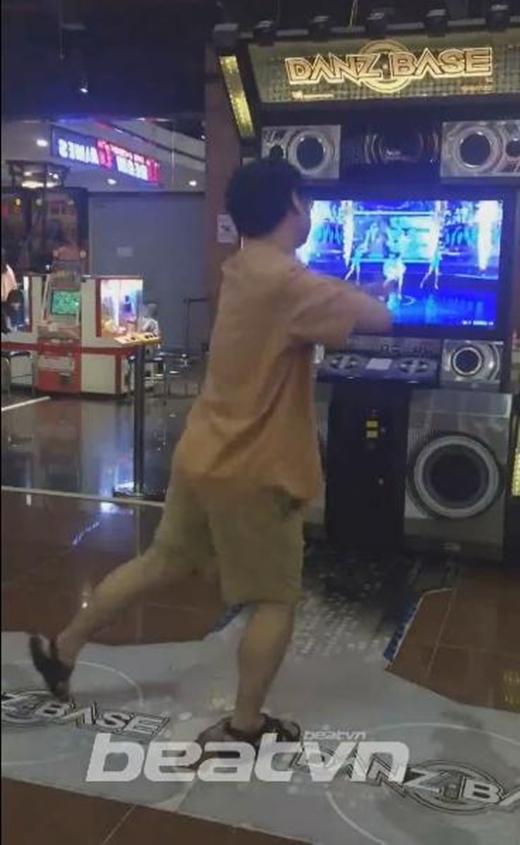 Người đàn ông trung niêncực kì tự tin khi thể hiện bài nhảy trước đám đông. (Ảnh: Cắt clip)