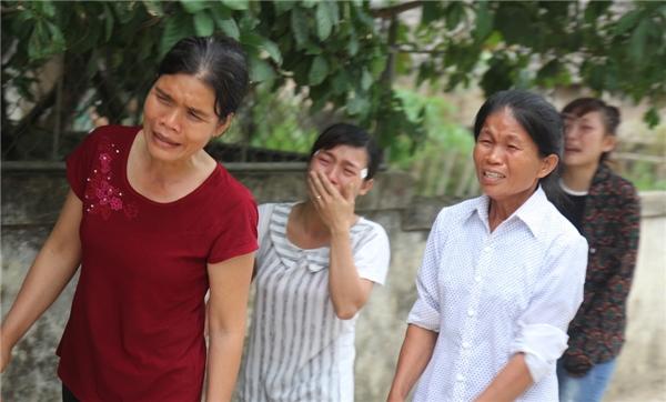 Bà con lối xóm ai cũng không cầm được nước mắt khi hay tin cô nữ sinh Ngoại thương trở về trong chiếc quan tài. Ảnh: Internet