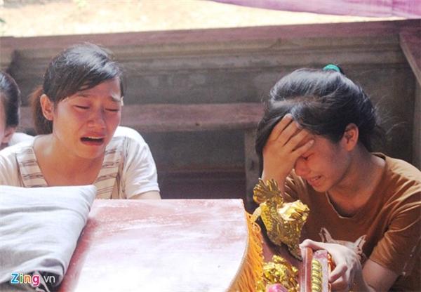 Bạn học của nữ sinh gặp nạnôm lấy quan tài chứa thi thể bạn mình mà gào khóc. Ảnh: Zing