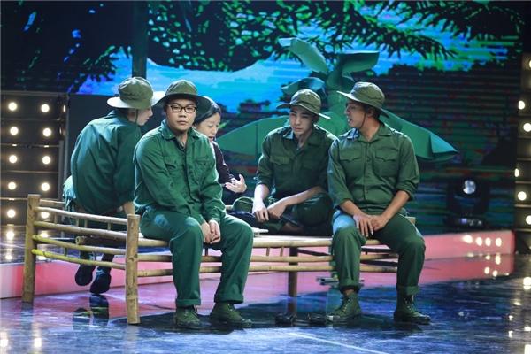 Trong tiết mục thứ hai, MiA – thành viên đội Phương Thanh, hóa thân thành người mẹ Việt Nam anh hùng đã mất bốn người con ở chiến trận trong tiết mục Bà mẹ quê.
