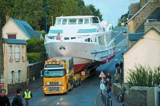 Đại gia chở du thuyền ra biển cũng phải khác người chứ.