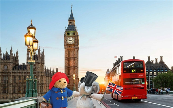 """Đến tận London để đi """"hẹn hò"""" với gấu Paddington nữa này."""