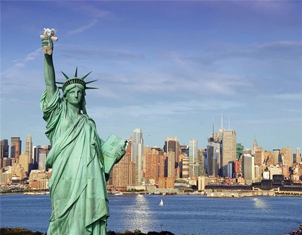 Chú voi nhỏ còn đến Mỹ chơi với Nữ thần Tự do nữa đấy.
