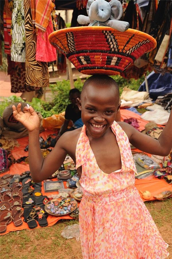 Đến cả châu Phi tạo niềm vui cho một bé gái ở đó nữa này.
