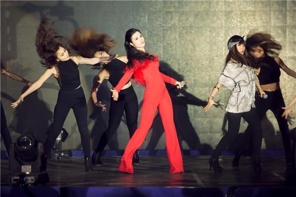 """Đông Nhikhuấy động chương trình với bản mash-up các ca khúc hit như """"Pink girl - Shake the Rhythm - Boom boom"""". Thành viên nhóm nhạc Lip B là rapper Mei hỗ trợ cho tiết mục của cô."""