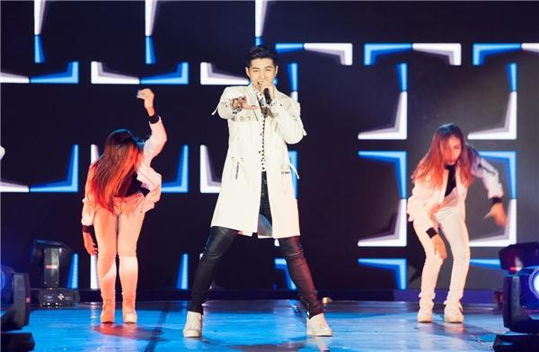 Noo Phước Thịnh xuất hiện cực bảnh trai trong trang phục trẻ trung, năng động.