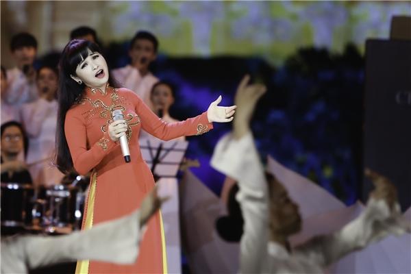 Ca sĩ Trang Nhung bất ngờ khi tiết mục của mình được dàn dựng vô cùng hoành tráng với 20 bạn hợp xướng và 30 người trong dàn giao hưởng.