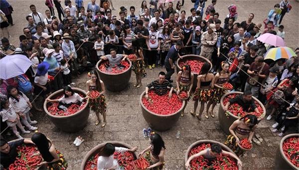 Những người tham dự phải ngâm mình trong bồn nước ớt...