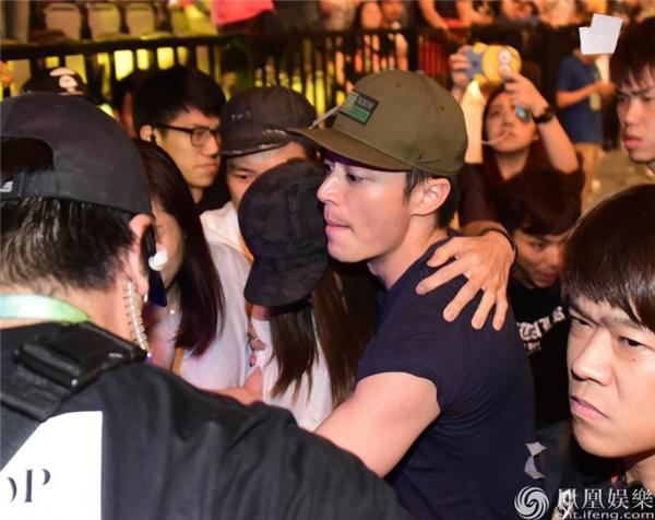 Hoắc Kiến Hoa đã ôm chặt Lâm Tâm Như giữa vòng vây của người hâm mộ khiến nhiều người suy đoán rằng Lâm Tâm Như đã có thai.