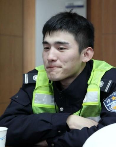 Tuy làcảnh sát nhưng Từ Hạo khá nhút nhát, hay ngại ngùng.