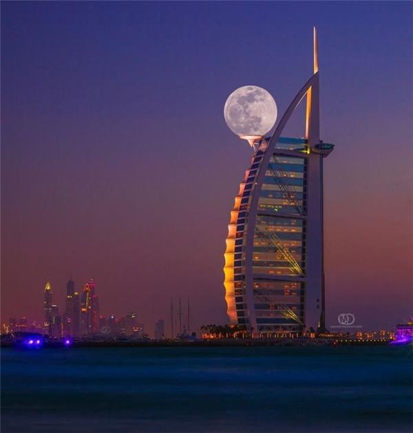 Mặt trăng tròn vô tình khiến tòa nhà về đêm trởnên đẹphoàn mĩ hơn bao giờ hết. (Ảnh: Internet)