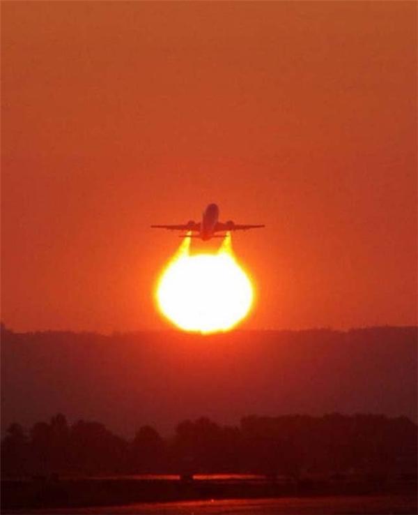 Hoàng hôn vô tình biến một chiếc máy bay bình thường trở thành máy bay chiến đấu. (Ảnh: Internet)
