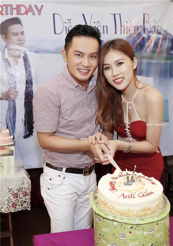 Thiên Bảo đã có màn cầu hôn Kim Yến đầy lãng mạn trong buổi trình diễn bộ sưu tập áo cưới của Thương Bella vào tháng 6 vừa qua. Cặp đôi sẽ nên duyên vợ chồng vào tháng 10 năm nay.